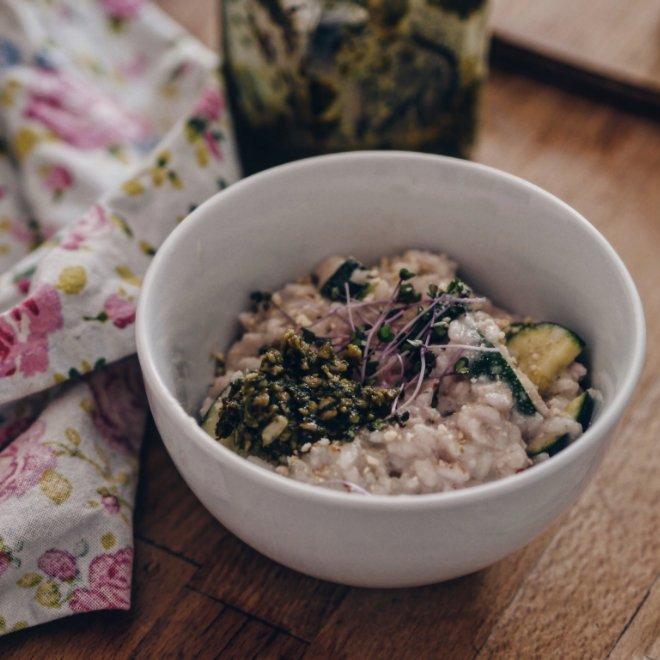 Veganes Risotto mit Microgreens